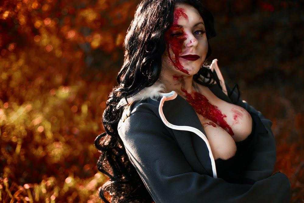 photo de cosplay féminin sexy inspiré de full metal alchemist au décolleté plongeant et trainée de sang