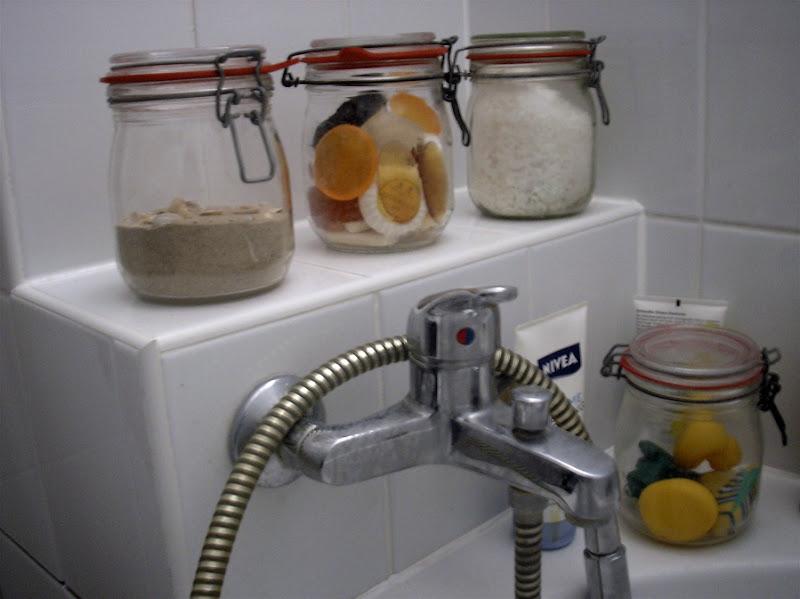 Einweckgläser mit Sand fürs Peeling, Meersalz, Glyzerinseifen und Badespielzeug (des weltbesten Patensohns)