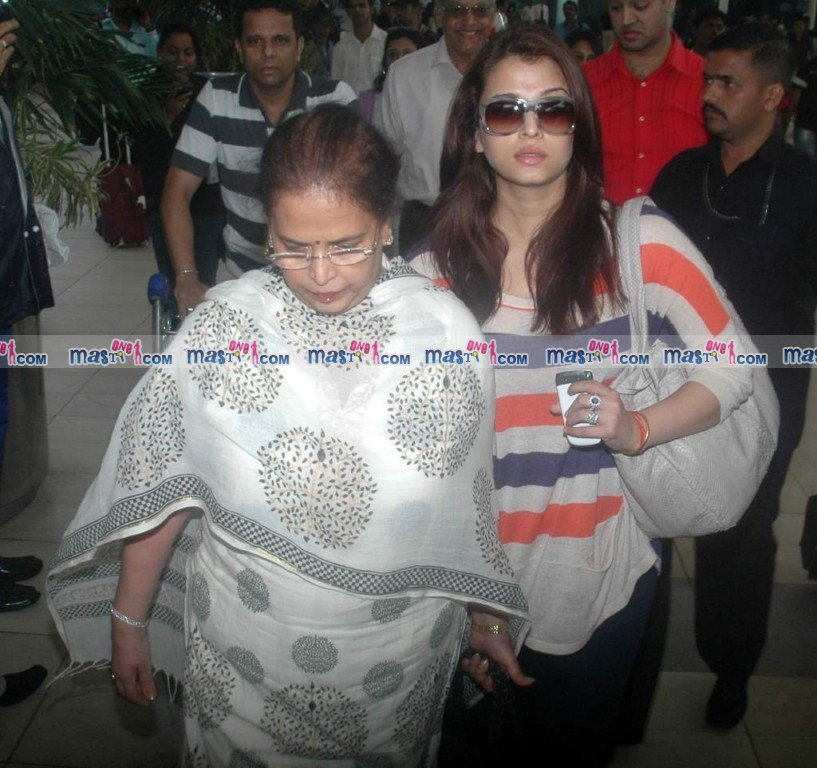 Pregnant Aishwarya Rai snapped at Mumbai Airport