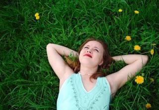 Garota sonhando deitada na grama do parque [Paul Paladin em 123 Royalty Free - www.123rf.com]