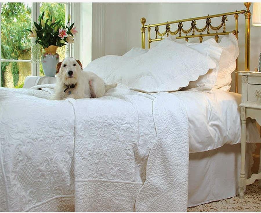 http://www.gardsromantik.se/textitler/pladar-overkast-i-quilt/overkast-vit-vagad-kant-vackert-quilt-monster-2-storlekar-shabby.html