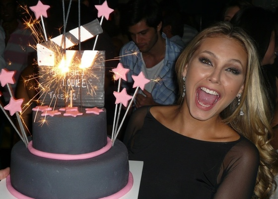 Louise DTuani Louise DTuani ganha festa surpresa por seus 22 anos