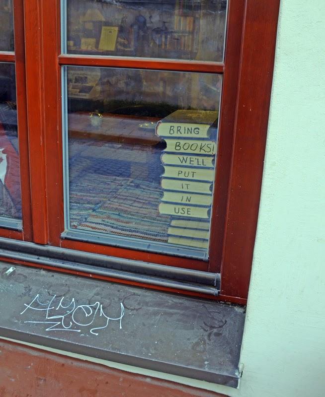 Фрагмент окна библиотеки. Надписи на корешках книг. Вильнюс, Литва. Осень Выходные Прогулка по городу достопримечательности фотографии рестораны национальной кухни блошиные рынки