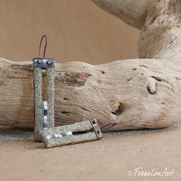 """Orecchini """"Una linea"""", realizzati a mano in corda, sabbia, rame e frammenti di conchiglie"""