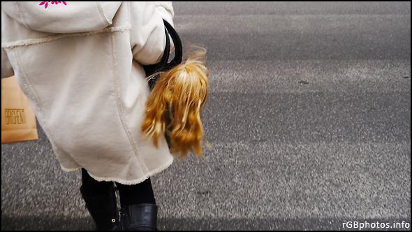 Fotografia della testa di una bambola che esce da una borsa