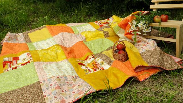 Одеяло ручной работы может служить украшением загородного дома, может пригодится на пикнике - подарок на юбилей, подарок родителям