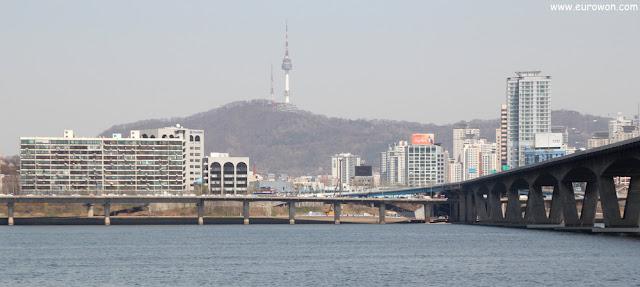 La montaña Namsan y la Torre N vistas desde Yeouido
