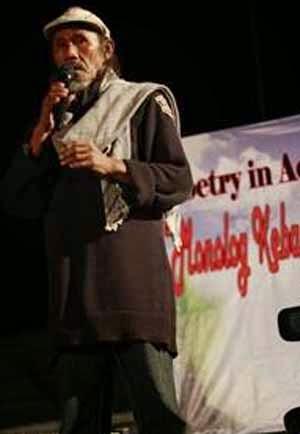 Baca Puisi di Panggung MGR Bjb