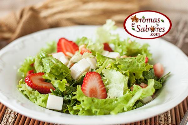 salada de alface com morangos e feta