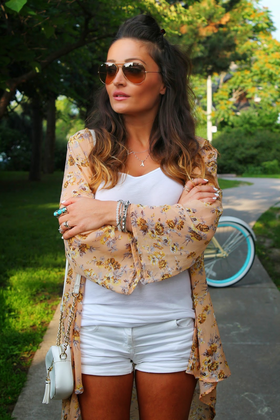 retro bicycle, retro bike, kimono, floral  kimono, how to style a kimono, white outfit for the summer, how to wear all white in the summer, how to wear floral print, how to wear shorts, Canadian fashion blogger, Toronto streets style, blogerke, how to wear converse, moda, outfit sa patikama