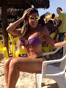 De biquíni fio dental, Tati Minerato se bronzeia em Fortaleza