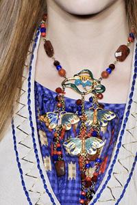 Например, Dolce&Gabbana и Milly выбрали цыганские и индийские мотивы для колье-мониста...