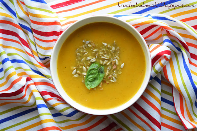 Pyszna zupa z dynią, cukinią, imbirem i gruszką