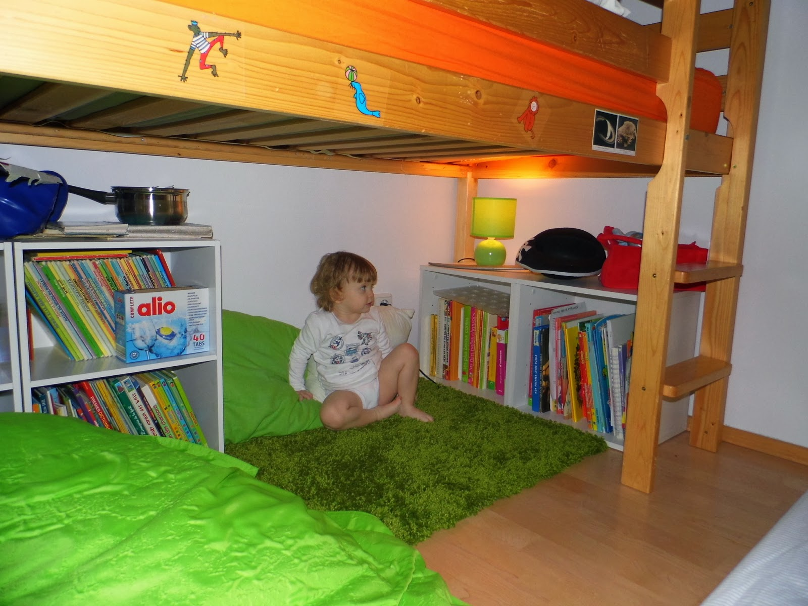 la cit des vents organiser un coin lecture sous un lit a reading corner organized under a bed. Black Bedroom Furniture Sets. Home Design Ideas