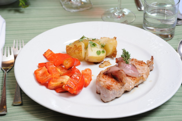 bistecca di vitello con verdure e patate arrosto: austria