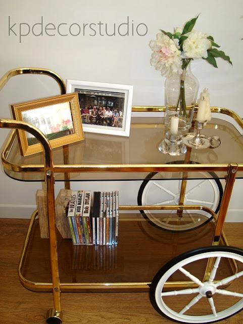 Mesas estilo retro, camareras doradas antiguas estilo vintage.