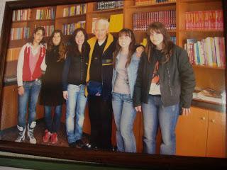 Ο Επικούρειος Πέπος με τα ιδρυτικά μέλη της ΛΟΓ στη Βιβλιοθήκη.