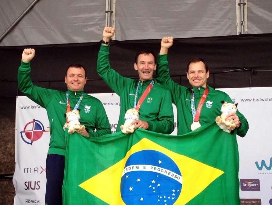 Brasil conquista o bronze na Pistola Fogo Central no Mundial de Tiro Esportivo - Foto: (a partir da esquerda) Julio Almeida, José Carlos Batista e Emerson Duarte - Divulgação/CBTE