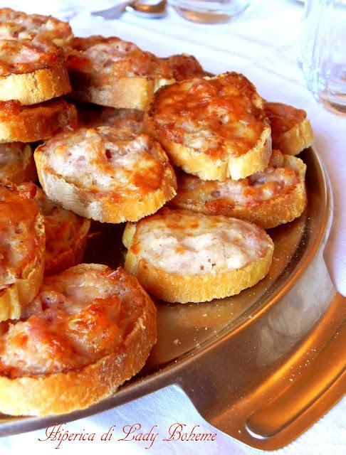 hiperica_lady_boheme_blog_cucina_ricette_gustose_facili_e_veloci_crostini_caldi_con_salsiccia_e_stracchino_2