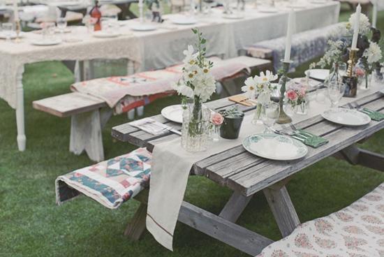 el campo y al aire libre, sobre todo en bodas rústicas, a las que podéis dar un toque muy chic si jugáis bien con el resto de la decoración de la mesa.