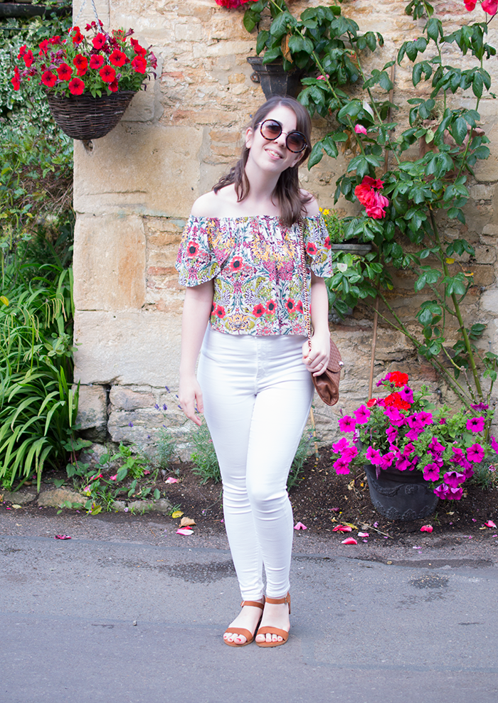 How to wear bardot top and white skinny jeans