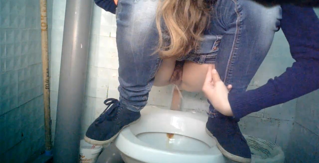skritaya-kamera-v-tualete-pisayushie-muzhchini