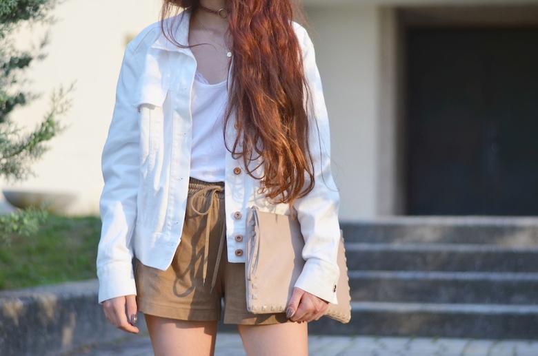 Leder_Shorts_Outfit_geschnürte_Sandalen_weiße_Jeansjacke_Outfit_kombinieren_viktoriasarina