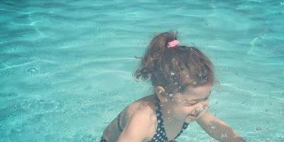 Niña en el agua