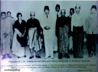 Andi Mappanyukki , Andi Djemma  Datu Luwu dan rombongan foto bersama dengan Presiden Soekarno.