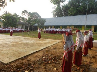 Suasana Kegiatan Upacara Bendera Setiap Senin di Lapangan Utama SDN 149/VIII Muara Tebo