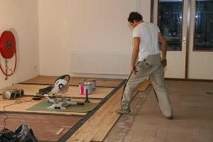 Houten vloer leggen op tegels of plavuizen