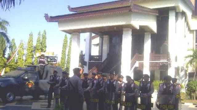 Seratus Lebih Polisi Jaga DPRD Kalsel