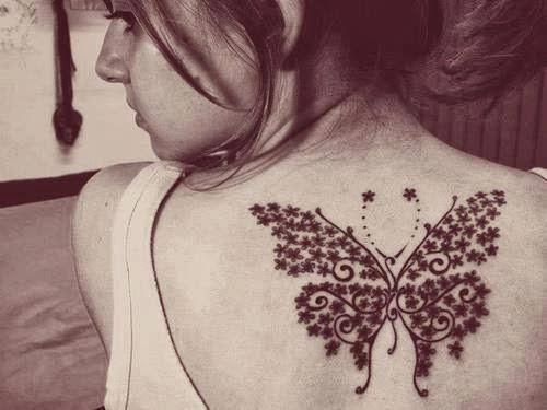 Tatuaje femenino mariposa en la espalda