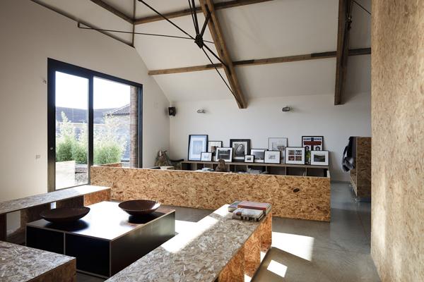 Un granero convertido en una casa de diseño con tableros osb ...