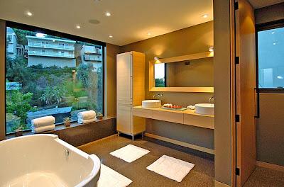 Moderno diseño de cuarto de baño en casa de piedra