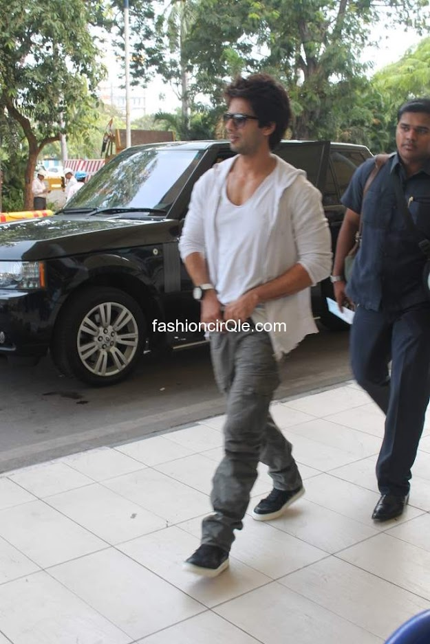 Priyanka and shahid kapoor in causal clothing leaving for indore for their movie promotion -  Shahid & Priyanka snapped on way to Indore