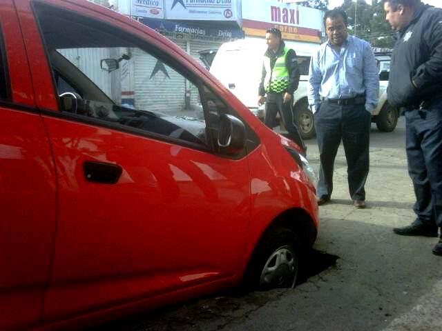 Causa accidente hundimiento de pavimento