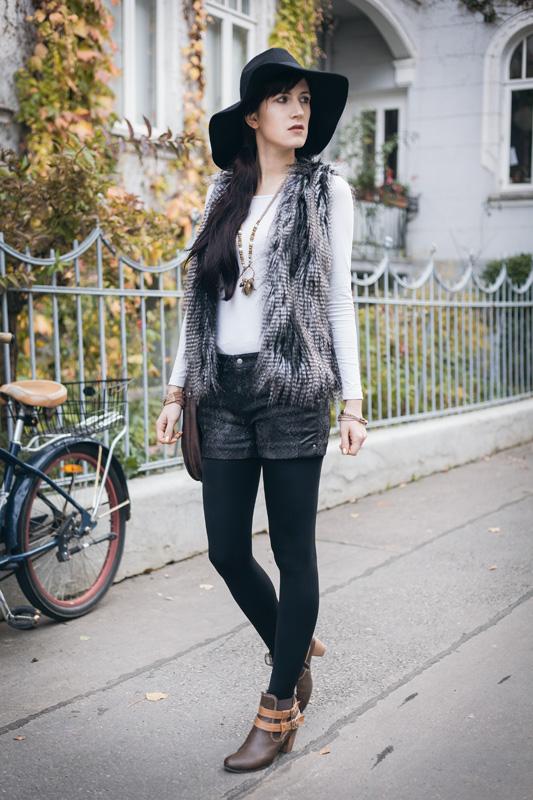 Bild Outfit Fellweste, Fedora Hut, Shorts Herbst