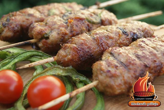 A'la tureckie kofty z wieprzowiny mechanik grilluje szaszłyki z mięsem mielonym wieprzowina jagnięcina baranina