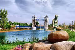 Reproducción de La Sirenita de Copenhague y Tower Bridge, Parque Europa