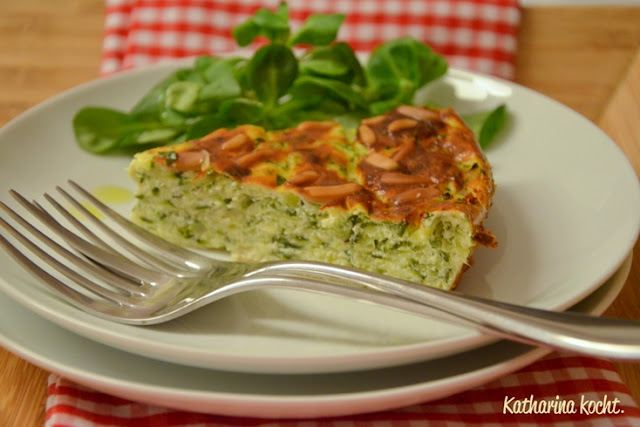 Zucchini Zucchinikuchen Torta di zucchine Pinienkerne Petersilie