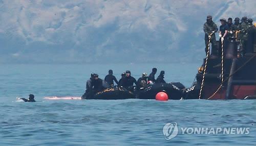 Buceadores en las operaciones de rescate del ferri Sewol hundido en Corea