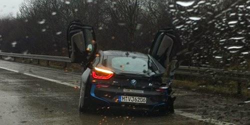 BMW i8 Kecelakaan saat Test Drive