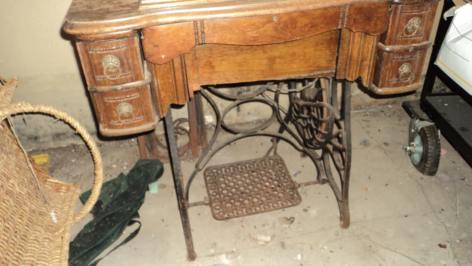 Virtual garage sale goodies must see items antique sewing antique sewing machine table with machine sciox Choice Image