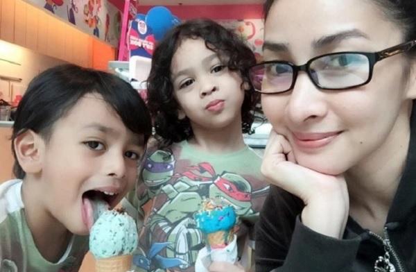 Rita Rudaini bersama dua anaknya hasil perkahwinan dengan Aidil Zafuan