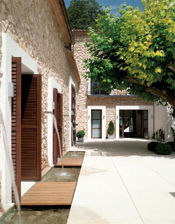 masía de piedra rehabilitada con buen gusto-terraza y arbol platanero