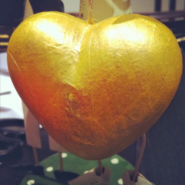 adorno de navidad corazon dorado