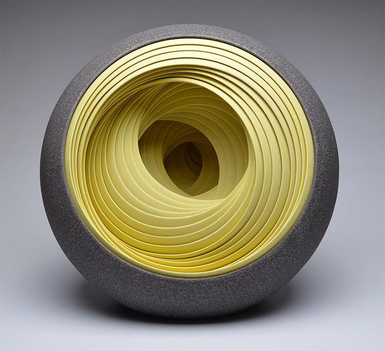 Esculturas de cerámica de capas concéntricas y vasos por Matthew Chambers