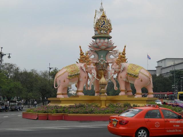 Скульптура из трех розовых слонов в центре Бангкока