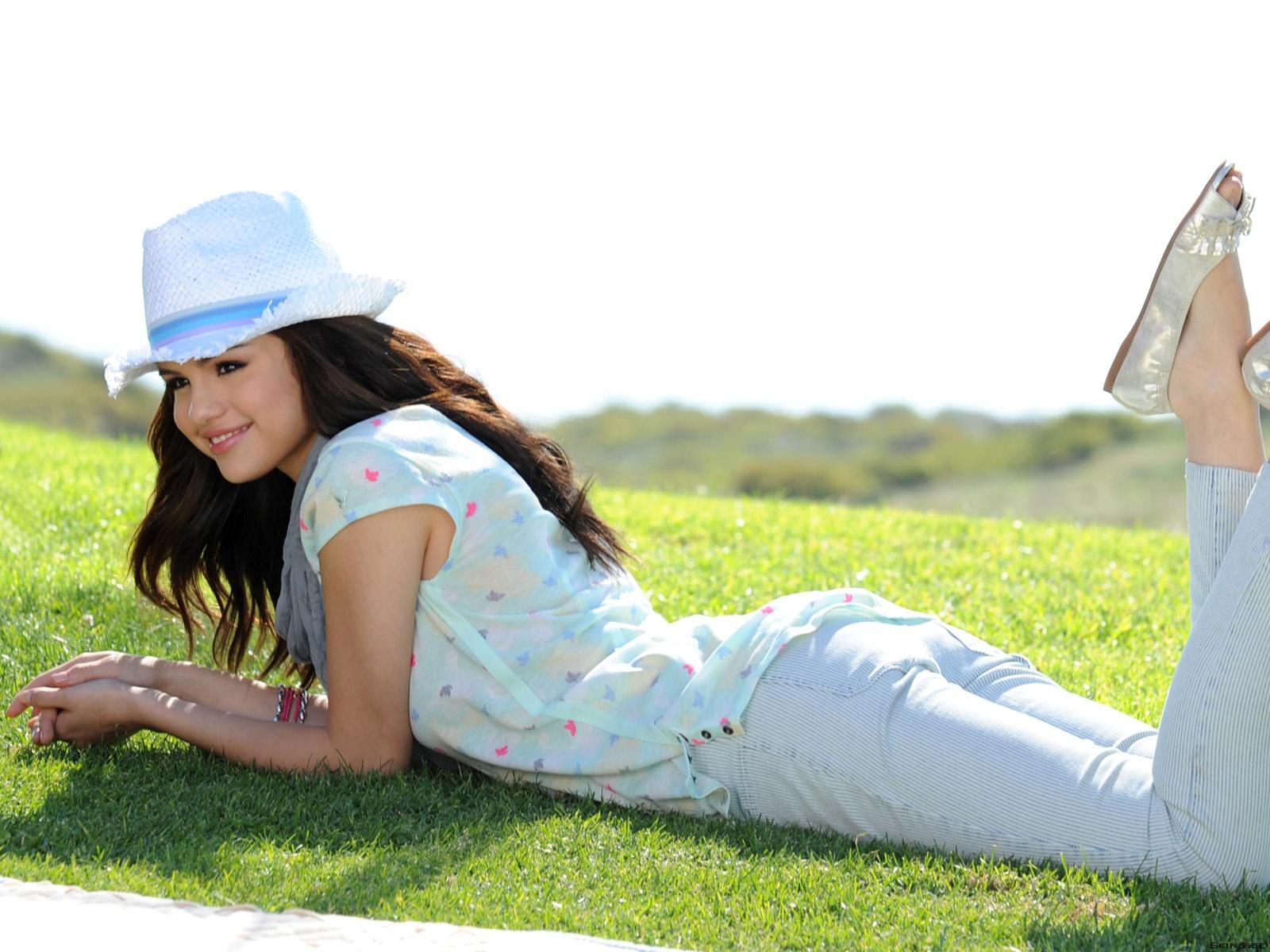 http://3.bp.blogspot.com/-pVzbLy8JYjo/TteybeEhsII/AAAAAAAAANg/QFw_LuhStbc/s1600/Selena+Gomez+03.jpg